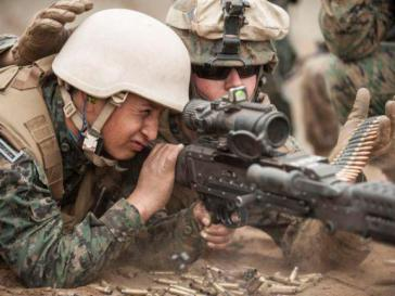 US-Marine bei der Ausbildung eines peruanischen Soldaten
