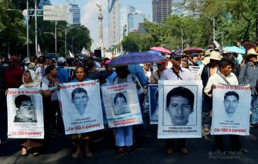 Angehörige der 43 verschleppten Lehramtsstudenten aus Ayotzinapa führen die 1.-Mai-Demonstration in Mexiko-Stadt an