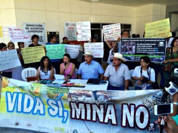 """Bergbaugegner bei einer Pressekonferenz von Rema in Mexiko: """"Leben ja! Mine nein!"""""""