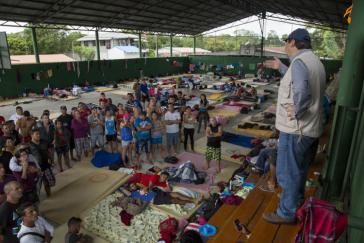 Der Informationsminister Costa Ricas Mauricio Herrera besucht eine Notunterkunft für kubanische Auswanderer in  La Guagua