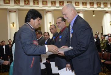 """Bolviens Präsident Morales zeichnet die """"Los Cinco"""" und Orlando Cardoso (rechts im Bild) mit dem Orden """"Legión de Honor Mariscal Andrés de Santa Cruz"""" aus"""