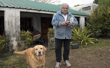 Präsident Mujica im Hof seines Hauses auf dem Land