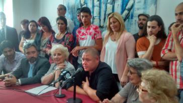 """Mario Bravo bei der Pressekonferenz mit den """"Großmüttern der Plaza de Mayo"""""""