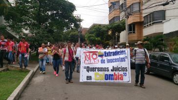 """Bei Protesten in Bucaramanga: """"Gegen die Auslieferung Unschuldiger. Wir wollen Prozesse in Kolumbien""""."""