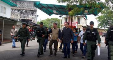Venezuelas Vizepräsident Jorge Arreaza mit Militärs an der Grenze zu Kolumbien