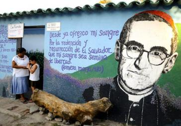 Porträt von Oscar Romero auf einem Wandbild in San Salvador