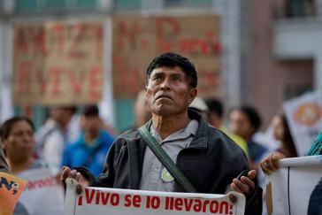 Vater eines der verschwundenen Studenten bei der Protestaktion am Dienstag