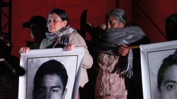 Eltern der verschwundenen Studenten suchen ihre Kinder in den Kasernen der mexikanischen Armee