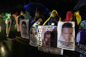 Angehörige der verschwundenen Studenten bei der Mahnwache an Weihnachten vor dem Regierungssitz in Mexiko-Stadt