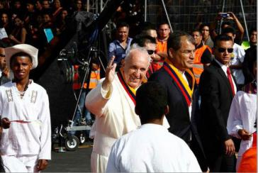 Papst Franziskus wurde am Flughafen in Quito von Ecuadors Präsident Correa empfangen