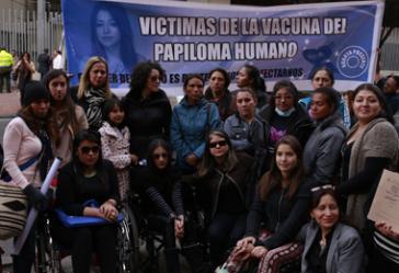 Demonstrierende Mädchen und Eltern in Bogotá