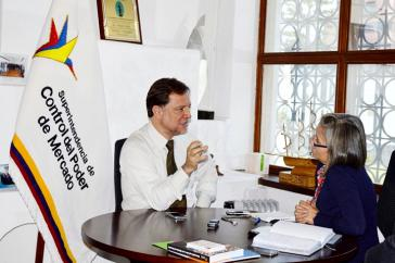 Nelsy Lizarazo im Gespräch mit Pedro Páez,  Ökonom und Leiter der Marktaufsichtsbehörde Ecuadors