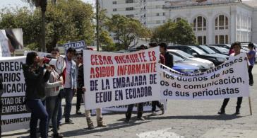 """Proteste gegen das """"Quito-Forum"""". Auf dem Transparent steht: """"César Ricaurte - eifriger Informant der US-Botschaft"""""""