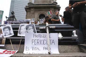 """Text des Plakats: """"Journalisten zu schützen ist unerläßlich für die Demokratie"""""""