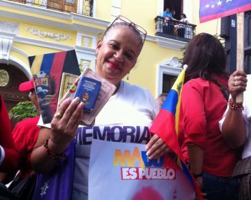 Eine Frau auf der Plaza Bolivar zeigt ihr Exemplar der Verfassung und betont ihre Unterstützung für Präsident Maduro