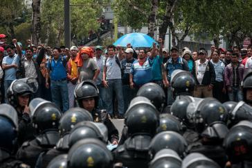 Polizisten vor Demonstranten in Mexiko. Bei solchen Einsätzen kommt es immer wieder zu Verletzungen der Menschenrechte