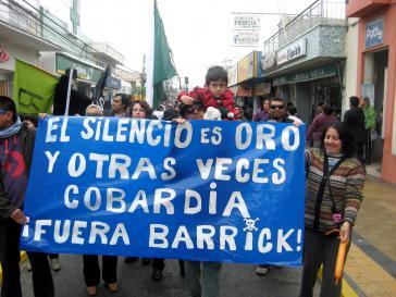 """Ziel erreicht: Demonstration gegen das Bergbauprojekt Pascua Lama. """"Schweigen ist Gold – und manchmal Feigheit: Barrick raus!"""""""