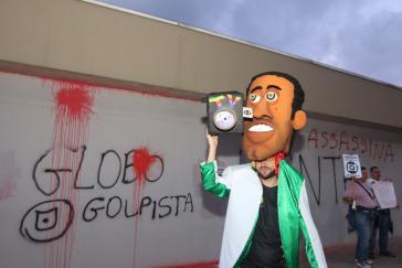 """Proteste gegen """"Putschisten-Globo"""" am Sitz des Konzerns in Rio de Janeiro"""