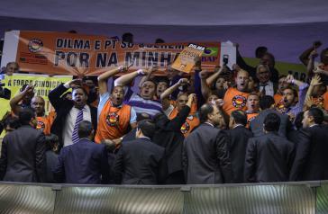 Gewerkschafter protestierten bei den Debatten über die Haushaltskürzungen im Parlament