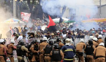 Die Militärpolizei ging massiv mit Gummigeschossen, Tränengas und Wasserwerfern gegen die Demonstranten vor