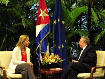 Die EU-Außenbeauftragte Federica Mogherini mit Kubas Präsident Raúl Castro
