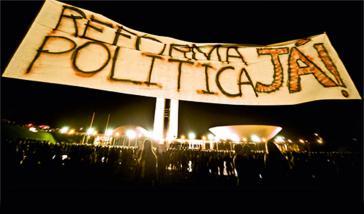 Transparent bei einer Großdemonstration im Juni 2013 für die Reform des politischen Systems in Brasilien