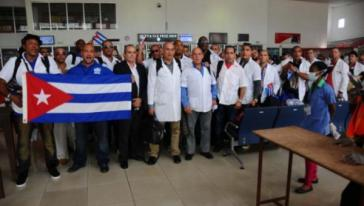 Kubanische Ärzte am Flughafen in Freetown/Sierra Leone kurz vor ihrem Rückflug nach Kuba