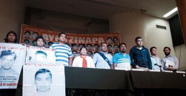 Angehörige und ihr Rechtsanwalt bei der Pressekonferenz am 27. Januar