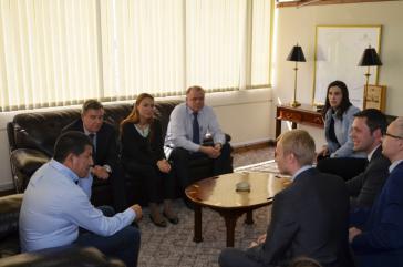 Boliviens Energieminister Sánchez (links im Bild) und eine Delegation aus Russland trafen im Mai in Bolivien zu Gesprächen über das Kooperationsabkommen zusammen