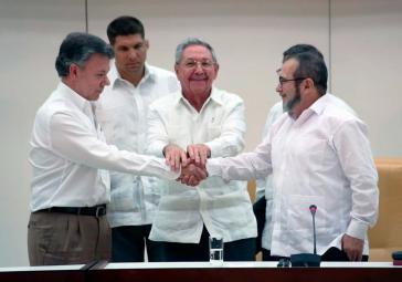 Kolumbiens Präsident Juan Manuel Santos, der kubanische Präsident Raúl Castro und der Oberkommandierende der Farc, Timoleón Jiménez, am Mittwoch in Havanna