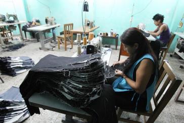 Ihr Mindestlohn soll gesenkt werden: Arbeiterinnen in einer guatemaltekischen Textilfabrik