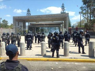 Auseinandersetzungen zwischen Polizeieinheiten und Studenten
