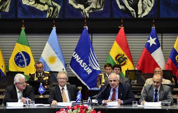 Beim Treffen der Unasur-Verteidigungsminister am 17. April. Von links nach rechts: Ecuadors Verteidigungsminister Cordero, der Vizeverteidigungsminister von Uruguay, Jorge Menéndez, Unasur-Generalsekretär Samper und Esude-Exekutivdirektor Ramalho