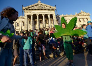 Kundgebung vor dem Parlament in Montevideo am Tag der Abstimmung über das Legalisierungsgesetz