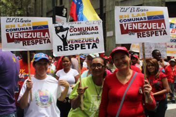 """Teilnehmerinnen an einer Kundgebung in Caracas: """"Venezuela muss respektiert werden"""""""