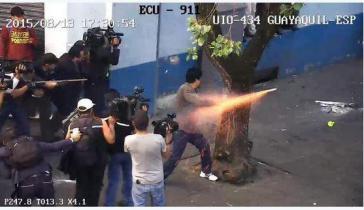 Gewaltsame Proteste: ein Demonstrant feuert einen Feuerwerkskörper auf Polizisten ab