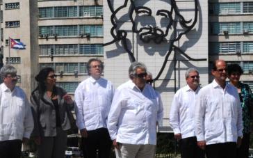 Mujica und weitere Delegationsmitglieder auf dem Revolutionsplatz in Havanna. Im Hintergrund das Konterfei des Revolutionärs Camilo Cienfuegos