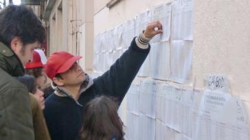 Bürger in Buenos Aires vor den Wahllisten