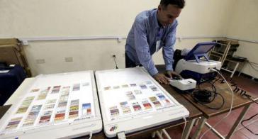 Ein Helfer installiert einen Wahlcomputer im Bundesstaat Bolívar