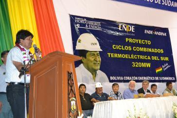 Feierliche Vertragsunterzeichnung zwischen der Siemens AG und ENDE Andina in Yacuiba, Bolivien. (links: Präsident Morales, mittig am Tisch, in schwarz: Siemens-Chef Joe Kaeser)