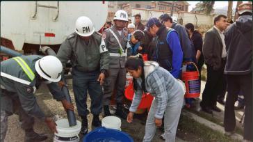 Täglich liefern Tankwagen Wasser in die von der Dürre betroffenen Regionen Boliviens