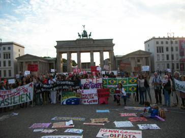 """Weltweit, wie hier in Berlin, kam es am Freitag zu Kundgebungen der Solidarität mit den Protesten in Brasilien unter dem Motto """"Dilma bleibt"""" und """"Temer raus"""""""