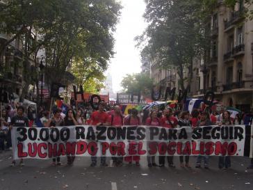 """""""30.000 Gründe, weiter für den Sozialismus zu kämpfen"""" – Transparent der linksgerichteten Frente Santillan"""