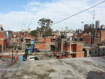 """Blick über die """"Villa 31"""" vom Dach des Senders Urbana TV in Buenos Aires, Argentinien"""