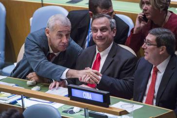 Kubanische Delegation vor der UNO nach der Abstimmung: In der Mitte Kubas UN-Botschafter Rodolfo Reyes Rodríguez, rechts Außenminister Parrilla