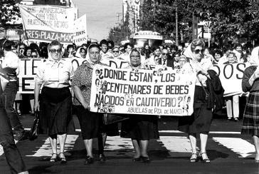 """Die Suche nach ihren Enkeln wird erschwert. Demonstration der """"Abuelas de Plaza de Mayo"""" am 5. Mai 1980: """"Wo sind die Hunderte von Babys, die in Gefangenschaft geborden wurden?"""""""