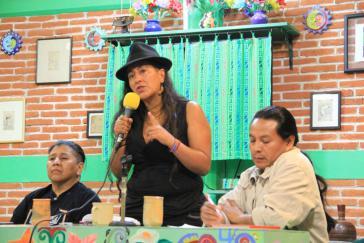 Adriana Guzmán Arroyo bei einer Veranstaltung zum kommunitären Feminismus in Chiapas, Mexiko. Links neben ihr Julieta Paredes