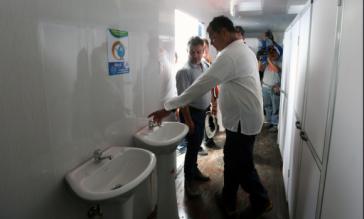 Präsident Rafael Correa besichtigt eine Unterkunft, die nach dem Erdbeben für Opfer der Zerstörungen errichtet worden ist