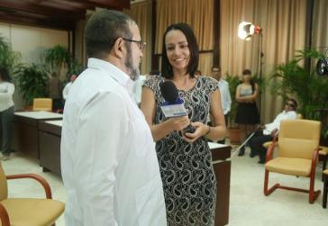 """Alexandra Nariño interviewt den Farc-Oberkommandierenden Timochenko in Havanna für die Nachrichtensendung der Friedensdelegation """"Informativo Insurgente"""""""