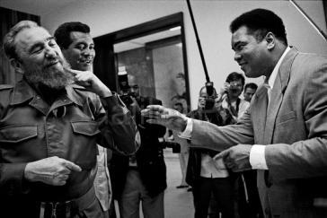 Muhammad Ali bei seinem Besuch in Kuba 1996. Hinter Fidel Castro steht der kubanische Amateurboxer, dreifache Olympiasieger und Weltmeister, Teofilo Stevenson